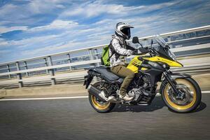 ロングツーリングも650ccバイクとは思えない快適性。スズキ『Vストローム650XT』最大の美点が見えた!【個人的スズキ最強説/SUZUKI V-Strom650 XT 試乗インプレ 高速道路編】