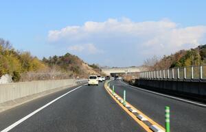 相対速度140km/hでのすれ違い! 簡易なポールだけで仕切られた対面通行の高速道路は「死亡事故率」が高く危険だった