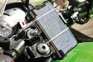 コスパも固定力も高いバイク用スマホホルダー! デイトナの新製品「スマートフォンホルダー3」をレビュー