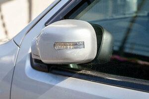 駐車時ドアミラーをたたむべきなのか 電動格納ミラーができたワケ