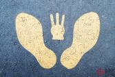 なぜ3本指? 「足跡と指3本」の標識に一部では「懐かしい!」 道路に描かれた謎マークとは
