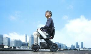 高齢者でも操作が簡単!段差や凸凹した路面の衝撃を吸収しながら走行するWHILLの近距離モビリティ「Model C2」
