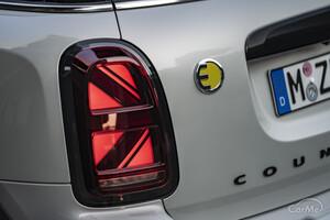 より鋭い角目なヘッドライトにチェンジ!新型 MINI クロスオーバー 登場!