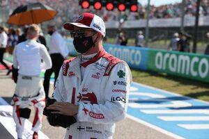 ライコネン「アロンソとの接触でフロアにダメージを負い、タイヤの磨耗が早まった」:アルファロメオ F1第17戦決勝