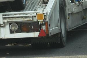 大型トレーラーの後部にある三角表示! 乗用車ドライバーも憶えておくべき「重要な」意味とは