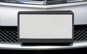 ナンバープレートが上向きや下向きに付いている車は道路交通法違反になるの?