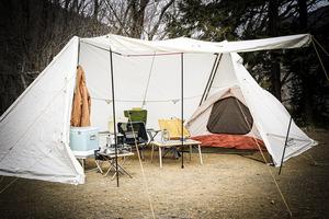 屋外なのに「こたつ」! シェルター内テントの「カンガルースタイル」! 強風で「焚き火」ができないキャンプで暖まる方法とは