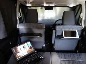 車中泊やテレワークの便利グッズ!簡単に装着できる車内用遮光カーテンの活用術
