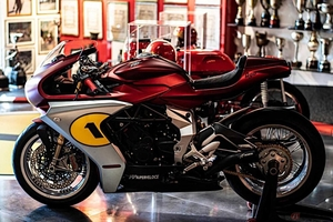 MVアグスタ「スーパーヴェローチェ・アゴ」公開 レジェンドライダーの愛称を掲げた限定車登場