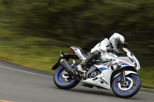 125ccのスズキ『GSX-R125』で走りの極意を!原付二種スポーツはスロットルの扱いかたが大型バイクとぜんぜん違う!?【SUZUKI GSX-R125 修行インプレ 中編】