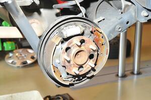 ディスクと違って内部が見えないドラムブレーキ! 交換時期のチェックはどうすればいい?