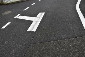 優先道路じゃない! まれに見かける交差点内にある「破線」の意味とは