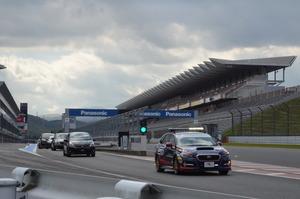 F1もGTマシンも走った富士スピードウェイをなんと2200円で走れる! ヘルメットも不要の「体験走行」の中身とは