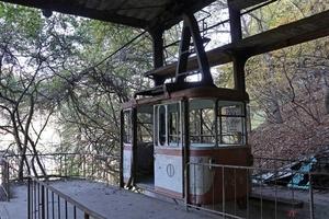 ツーリングで見かけた廃墟 奥多摩周遊道路近くに残る『奥多摩湖ロープウェイ』 いったいナゼこんなものが!?