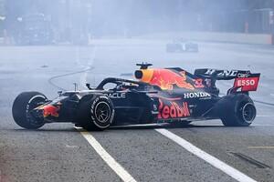 セーフティカー出動が遅すぎる! ホームストレート上での危険な事故の対応に、ドライバーから不満の声||F1アゼルバイジャンGP
