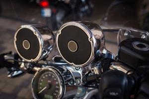 ときどき見かけるバイクでの大音量音楽...これって違反になる?