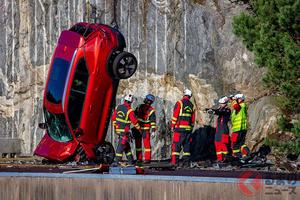 勿体ない…ボルボが最新の新車を30m吊り上げ落下させた!? レスキューの技術向上に貢献