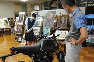 教室にバイク 静岡県の美術系高校生 ホンダ「グロム」のカラーリングでデザイン力を競う