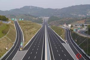 高速の渋滞とはオサラバ!? 渋滞解消の切り札「付加車線」と「車線増」はどう違う?