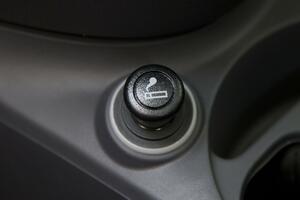 USBポートがあれば十分な気もするがナゼ? 最新車にも「シガーソケット」が残されるワケ