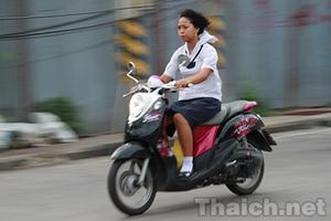 タイでは小中学生でも「学生服を着ていればバイクに乗れる!?」ナゾの習慣があるその理由とは?