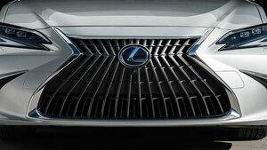 レクサス新型「ES」発表 グリル刷新 走り・光・ミラー改良の基幹モデル