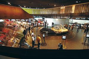 今から125年前に誕生した世界初のトラックも 見どころ満載の「メルセデス・ベンツ・ミュージアム」を訪ねて