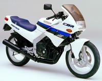 【名車図鑑】カムギア・トレーンで45PSを1万4500回転!80年代の250ccクラス4気筒レプリカブームを牽引したホンダ「CBR250FOUR」