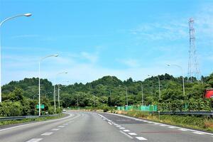 安心の運転を助ける「知られざる工夫」! 高速道路の「車線の幅」は車線によって異なる場所があった