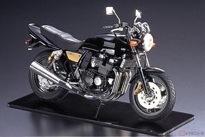 ハンドリングのヤマハが400cc空冷直4で勝負!! 1993年に登場した「XJR400」が1/12スケールのプラモデルとなって新登場