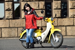 夜道雪のチャレンジバイク道! TVアニメ「スーパーカブ」小熊役の声優、夜道雪さんが、ホンダのロングセラーモデル「スーパーカブ110」に乗ってみました!