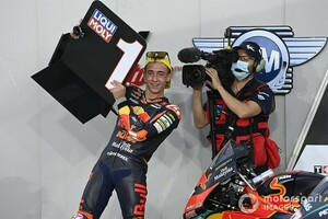 """【MotoGP】ペドロ・アコスタ、Moto3衝撃の""""逆転勝ち""""にMotoGPライダーから称賛の嵐。「今季の王者候補」との評価も"""