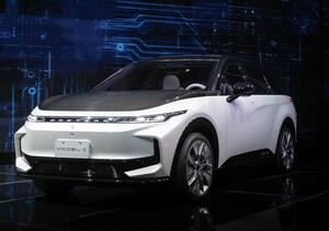 スマホ製造の大手フォックスコンが自動車参入、試作車3台を一挙公開