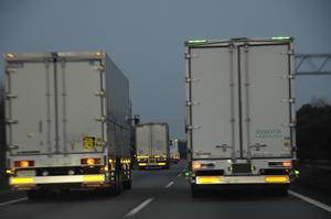 誰もが聞いたことのあるトラックの「プシュッ」! 乗用車にはない「排気ブレーキ」って何?
