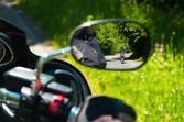 バイクのミラーを広角ミラーに変えるメリットとは?