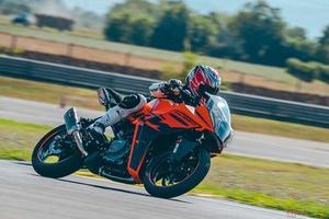【海外試乗】400cc未満のスーパースポーツ 2022年型KTM「RC390」の魅力とは!?