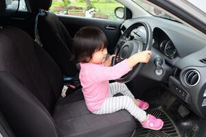 絶対にあってはならない子供の車内閉じ込め事故! それでも万が一のために「子供」に教えておくべきこととは