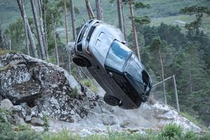 圧巻のカーチェイスを見逃すな!映画「007」最新作で激走する「レンジローバースポーツSVR」に注目