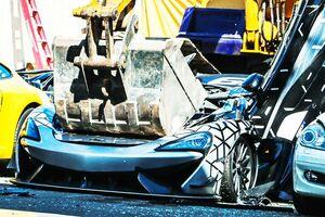 【見せしめ?】なぜ超高級車をスクラップに!? マクラーレンやポルシェなど比政府が次々と破壊した訳とは