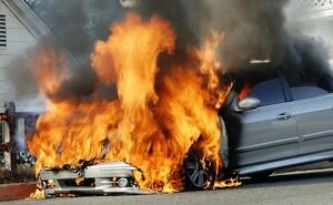 クルマは案外簡単に燃える!! いざという時に憶えておきたい車両火災の対応方法