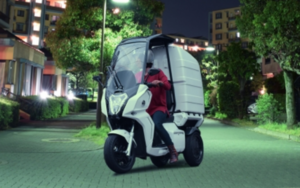 4kWhの大容量バッテリー搭載で非常電源としても使えるaideaの屋根付き3輪電動スクーター「AAカーゴ」