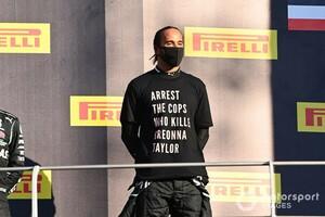 """「黒人を殺した警官を逮捕せよ」トスカーナGPの表彰台でハミルトンが着たTシャツは""""F1の政治利用""""にあたるのか? FIAが調査"""