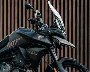 トライアンフが「タイガー900ボンドエディション」を発表! 映画「007」最新作のイメージを全身で表現する世界250台の限定車