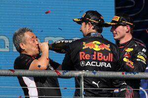 ホンダ「30年ぶりのアメリカGP制覇。記録と記憶に残るレースになった」レッドブルの計らいで山本MDが登壇/F1第17戦