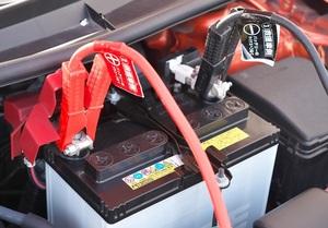 猛暑のクルマトラブル常習犯 お金をかけないでバッテリーがダメになるのを防ぐひと工夫とは