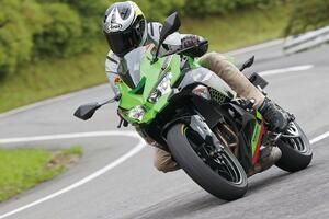 カワサキ「ニンジャZX-25R」はツーリングも楽しめるバイクなのか? 峠道での性能とロングラン適性を解説