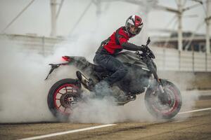 【2021速報】ドゥカティが新型「モンスター」を発表! 軽量フレームに排気量937ccのVツインエンジンを搭載
