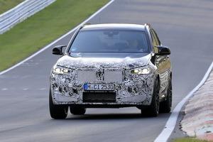 """【スクープ】早くも「BMW X3M」のアップデートモデルが""""ニュル""""を疾走! 新型ではインテリアも進化か?"""