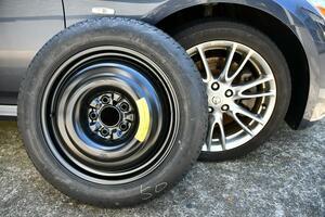 国際的なルールで決まっていた! 応急用タイヤのホイールに「黄色」が使われるワケ