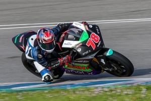 MotoEライダー 大久保 光のレースレポート 搭乗拒否を乗り越えて、初テストの開催地スペインへ